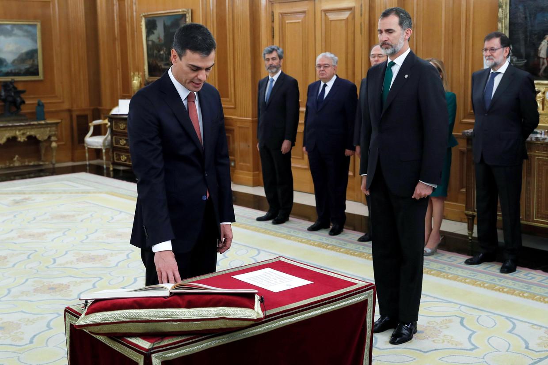 De nieuwe Spaanse premier Pedro Sánchez (links) legt de eed af voor koning Felipe VI.