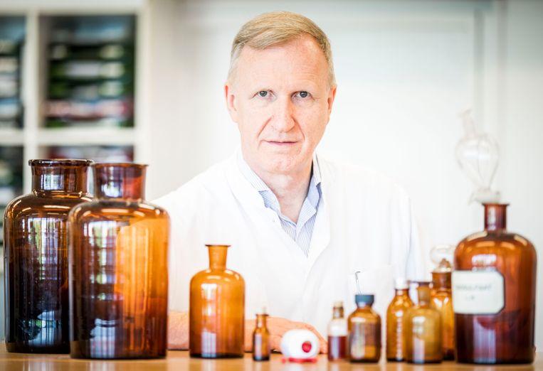Jos Beijnen, ziekenhuisapotheker bij het Antoni van Leeuwenhoek, met zijn medicijn. De apotheker maakt zelf de capsules. Kosten: 1.500 euro per patiënt per jaar, waar farmaceut Merck bijna 70 keer zoveel verlangt. Beeld Freek van den Bergh