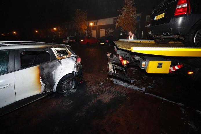 Twee auto's zijn in brand gestoken op de Arcadeltstraat in Eindhoven.