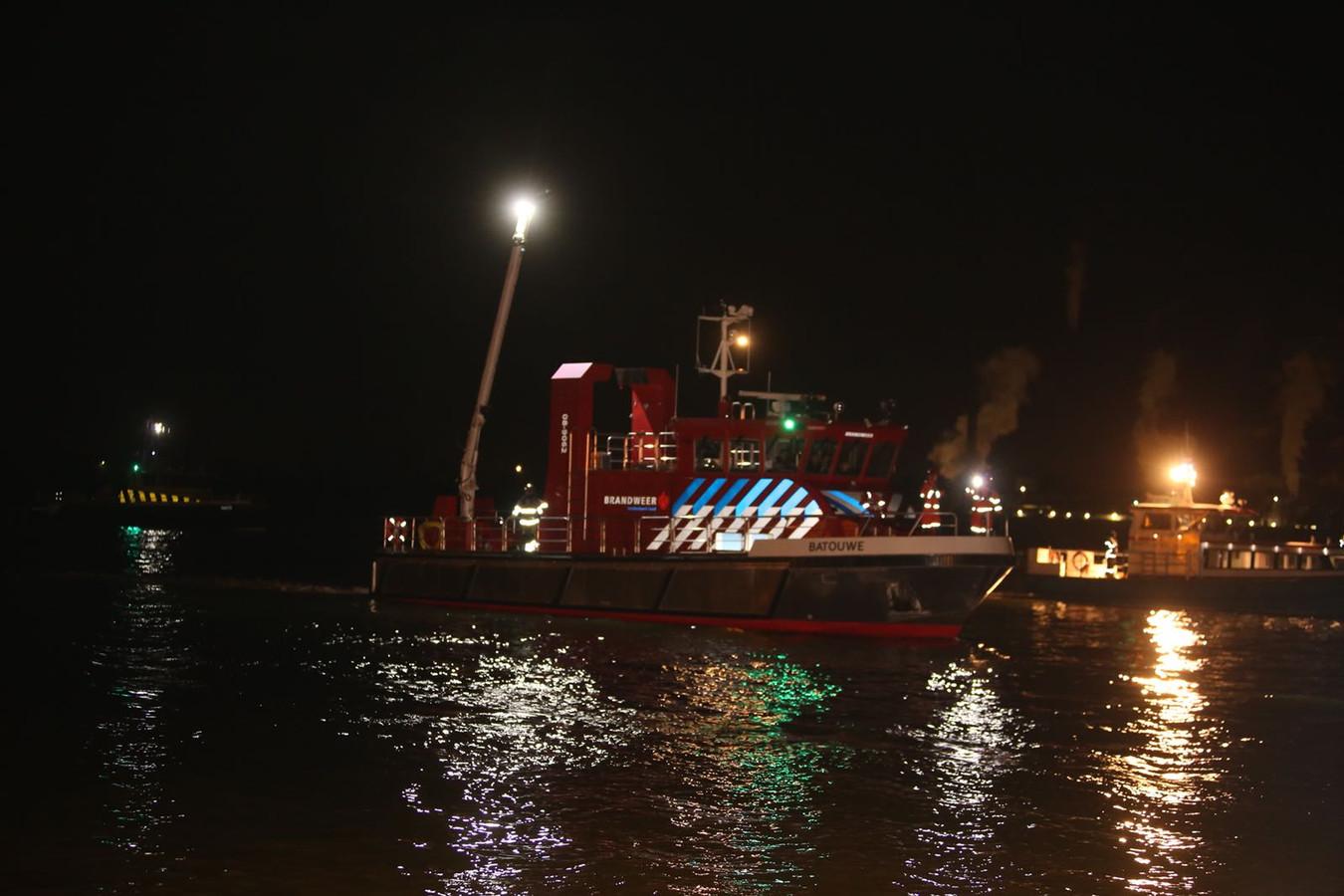 De brandweer is met duikers en een boot op zoek naar de auto.