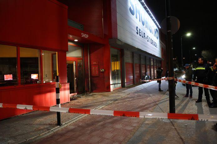 De voordeur van het gebouw van Shurgard in Rijswijk is zwaarbeschadigd.