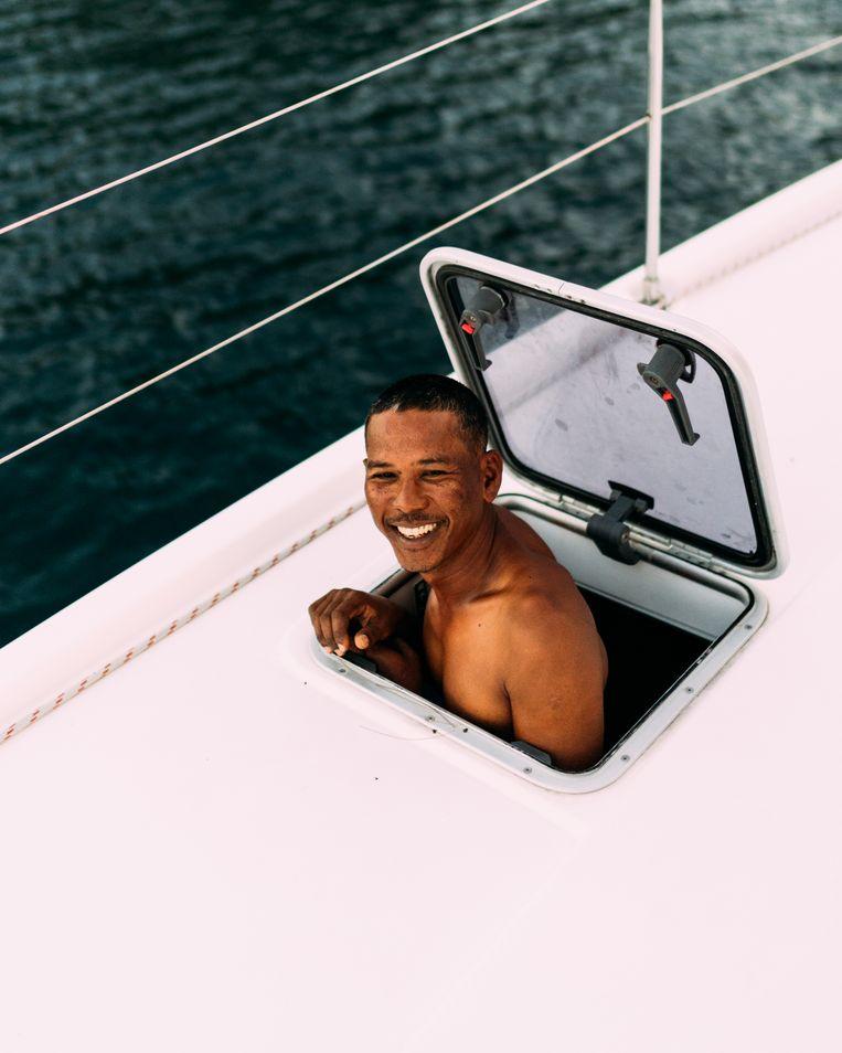 Onze skipper tijdens de reis bij het opstaan. Beeld Rebecca Fertinel