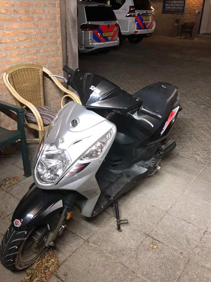 De verdachte liep door Renesse met deze gestolen scooter.