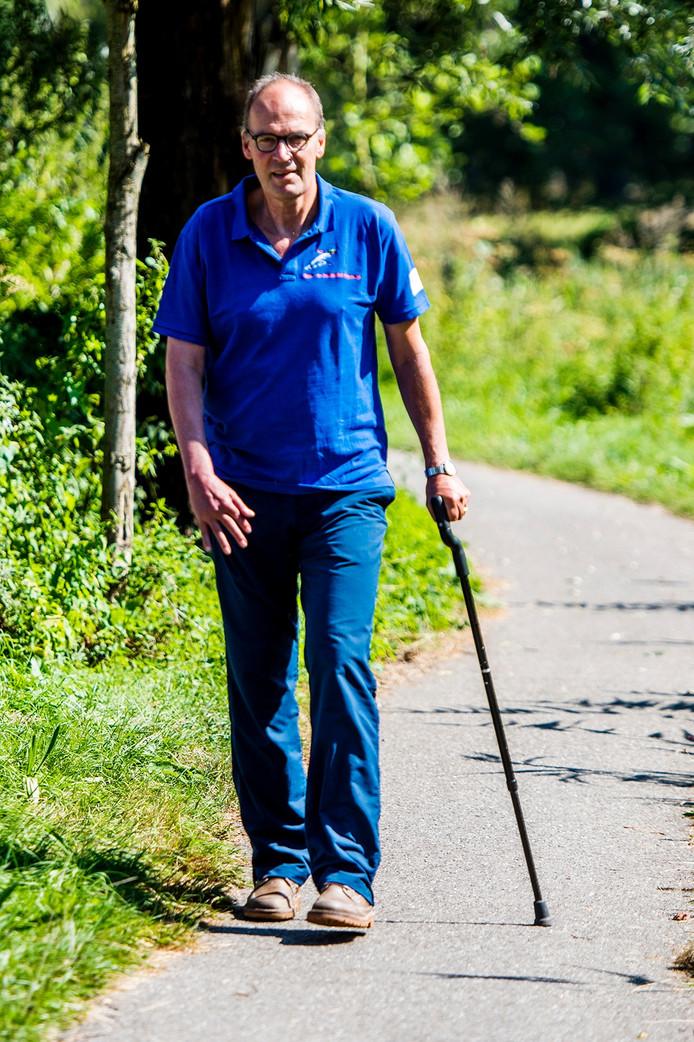 Theo Arts loopt met zijn stok de vijf mijl.