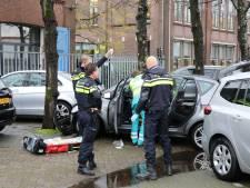 Automobilist wordt onwel en ramt lantaarnpaal en vier geparkeerde auto's in Utrecht
