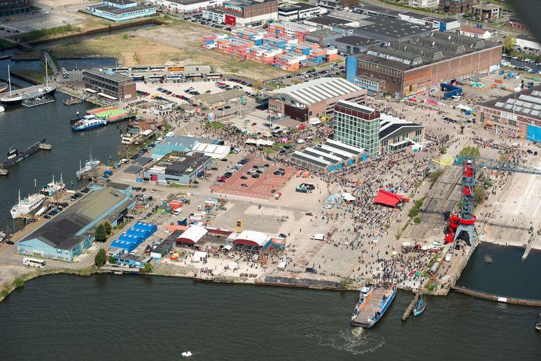 Luchtfoto van het NDSM werf in Amsterdam Noord tijdens Koningsdag. Beeld null