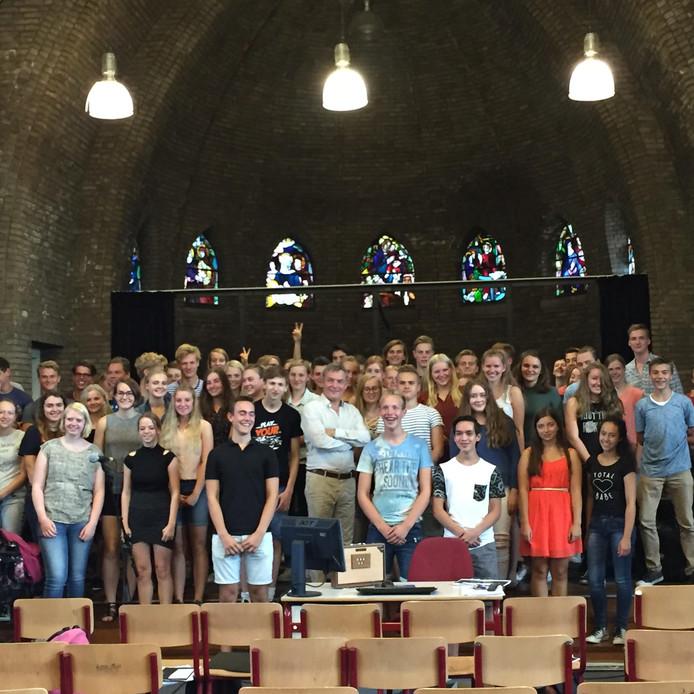 Herman Finkers met de 70 leerlingen van de Carmel-locaties De Thij en Lyceumstraat.
