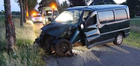 Busje moet uitwijken en knalt tegen boom bij Holten, bestuurster gewond
