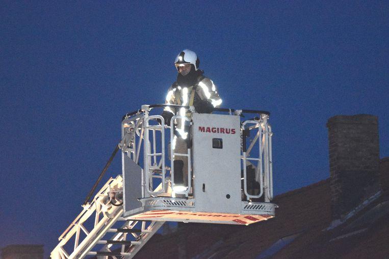 De pompiers inspecteerden de schouw nog van bovenaf met de ladderwagen.