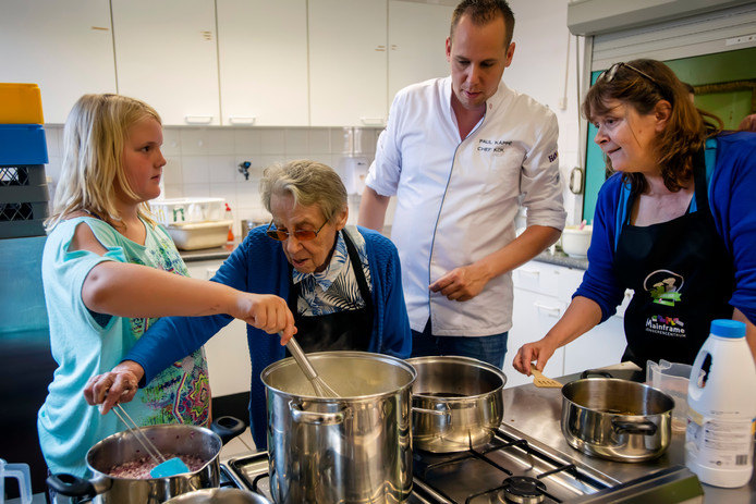 Mevrouw Oomen-Brock (2e van links) roert door de jam van rode ui. Chef-kok Paul Kappé kijkt samen met Anita Lemmers toe.