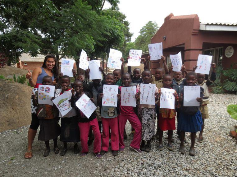 Kay Minne deed haar stage in een schooltje in hoofdstad Harare. De tekeningen die de kinderen maakten, gaat ze gebruiken in haar boek.