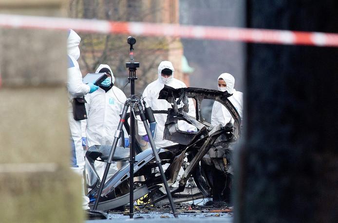Forensisch onderzoek bij de ontplofte auto.