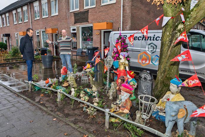 Bob Beunk (r.)wilde de kaboutertuin in een plantsoen aan de Gagelrijs in Rijen pal naast zijn huis gaan ruimen. Tot de burgemeester verscheen en hem uitstel verleende tot na de feestdagen.