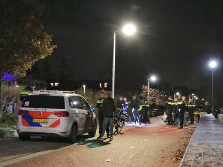 Het broeit tussen 'boeren en Molukkers' in Barneveld, die elkaar met messen te lijf willen gaan