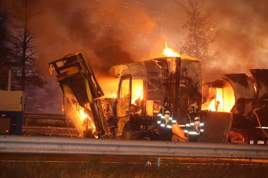 De chauffeur kon uit de cabine worden gehaald, maar liep zware verwondingen op.