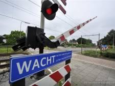 Geld is op, toch handhaaft Borne verkeersregelaars bij spoorovergang