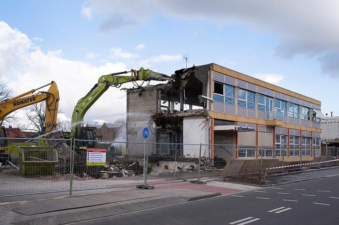 Na jaren van plannenmakerij gaat de Schoenhoorn in Waalwijk nu dan eindelijk tegen de vlakte. Casade gaat in de Grotestraat 62 appartementen bouwen.