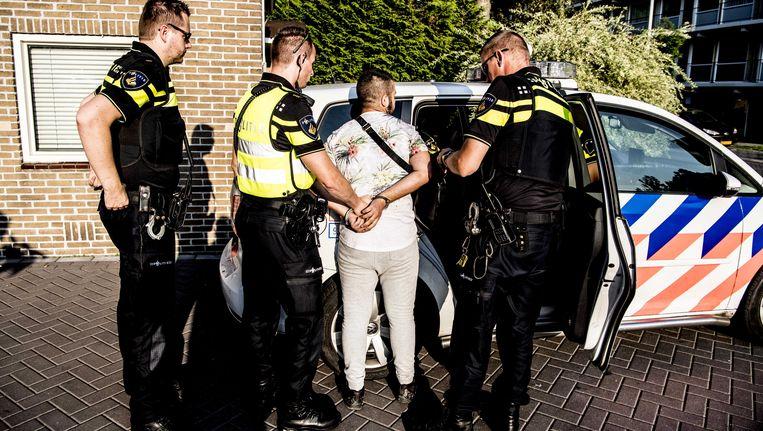Politie verricht een aanhouding in de wijk Poelenburg in Zaandam waar jongeren voor onrust zorgen door overlast en intimidatie. Beeld ANP