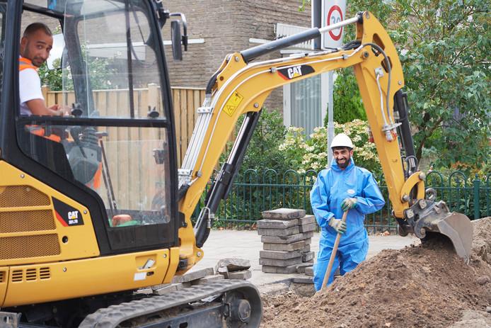 Bouwvakkers (van Almaz Projects) aan het werk in de Birgitinessenstraat in Uden