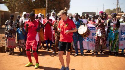 """Red Flames Cayman & Biesmans, ambassadrices van voetbalproject in Benin: """"Voetbal kan een leven veranderen. Kijk naar ons"""""""