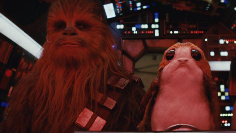 Star Wars: The Last Jedi, met Joonas Suotamo (links) als Chewbacca en een Porg. Beeld null