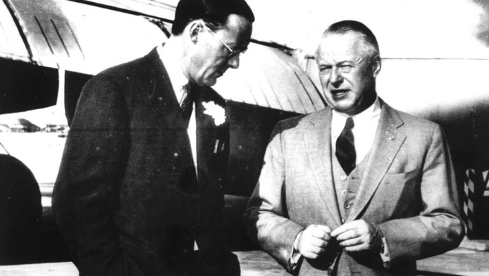 Prins Bernhard praat met Lockheed-manager Robert E. Gross, in april 1956. © ANP