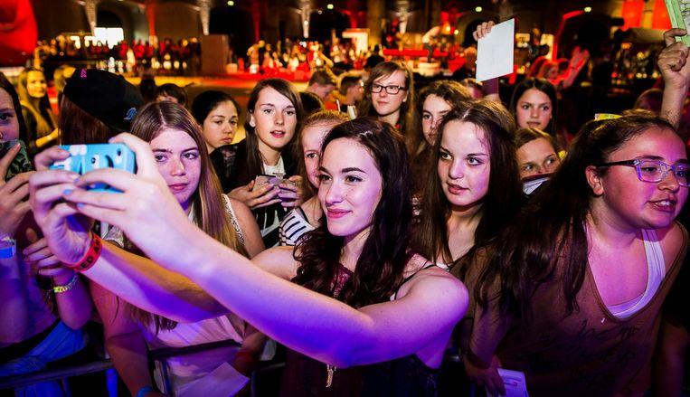 Fans gaan op de foto met Youtuber Teske tijdens het Youtube-evenement Veed in de Gashouder en Het Transformatorhuis Beeld anp