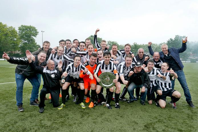 Waalre viert feest nadat het in de derby tegen DVS de titel veiligstelde.