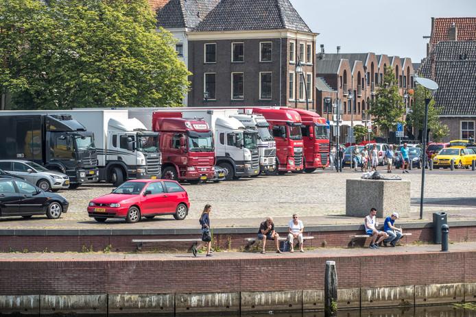 Vrachtwagens van marktkooplui op het Rodetorenplein. De ene ondernemer die er op uitziet stoort zich er aan, de ander neemt het voor lief