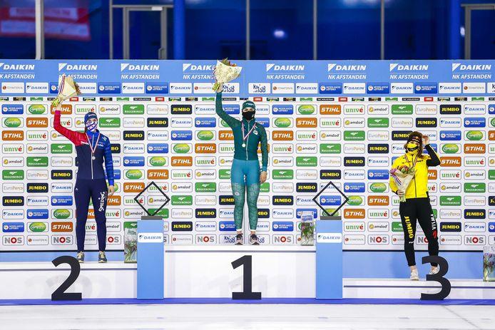 Winnares Irene Schouten  tussen Reina Anema (L) (tweede) en Antoinette de Jong (derde) tijdens de huldiging van de 3000 meter op de NK Afstanden.