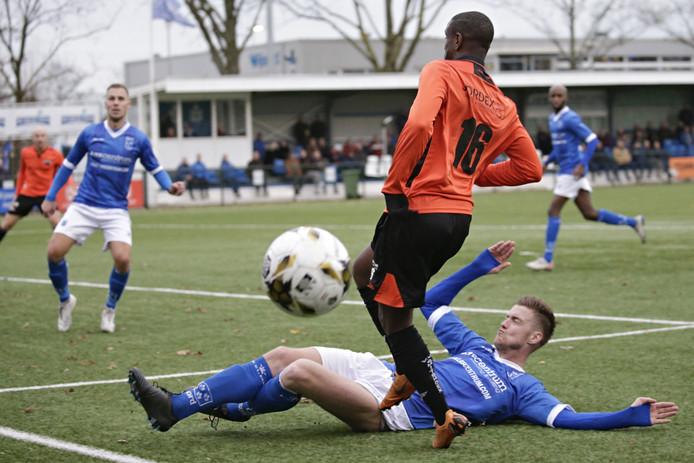 Leon van den Heerik van Rijsoord glijdt de bal weg.