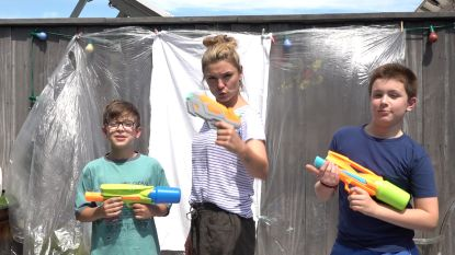 Wat als Picasso een waterpistool had?  Evi Hanssen en haar kids schilderen met waterpistolen en verf