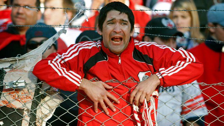 Ontzetting bij een fan van River Plate als zijn club degradeert. Beeld AP