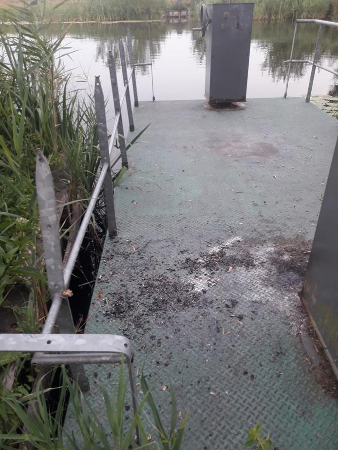 Brandsporen aan dek en een verbogen reling, flinke schade aan het trekpontje waarmee wandelaars de Bakkerskil in de Biesbosch kunnen oversteken.