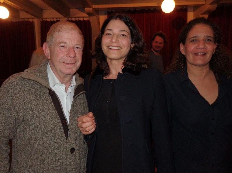 Uitgever Frits Barend, ver weg familie, Djuna Cahen, de dochter van A. (zoals Barend haar man noemt, 'ook in de huishouding') en haar vriendin Hester Bergen (vlnr) Beeld Schuim