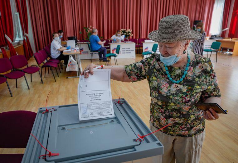 Een Russische vrouw brengt vervroegd haar stem uit op 26 juni 2020.  Beeld EPA