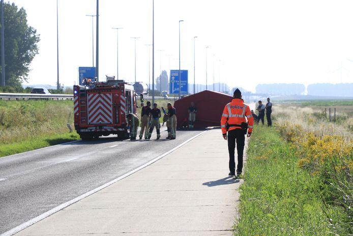Het dodelijk ongeval gebeurde op een kaarsrechte baan met een afgescheiden en verhoogd fietspad.