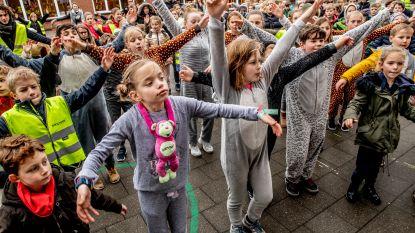 Leerlingen De Boomgaard doen ochtendgymnastiek in pyjama voor Bednet