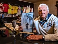 Wie is toch die 'eenzame fietser' op de brug in Deventer? Aloys (83) zoekt hem/haar al jaren: 'Op die foto zie ik mijzelf als jochie'