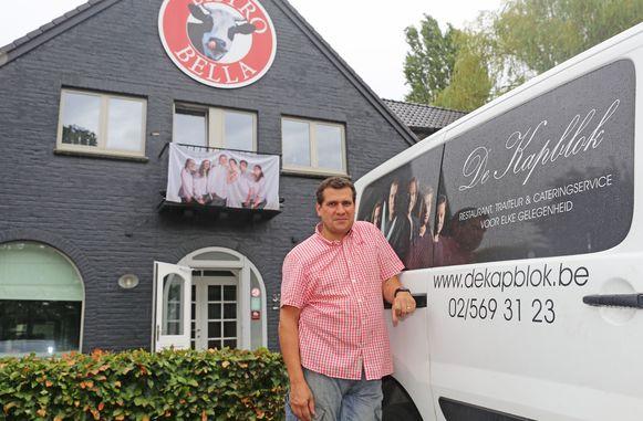 Zaakvoerder en chef-kok Peter Leemans voor zijn nieuwe zaak in Kobbegem.