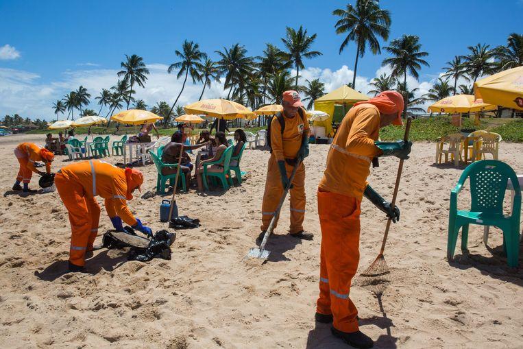 Gemeentewerkers zijn bezig de stranden schoon te maken. Beeld AFP