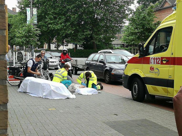 De fietsster bleef gewond liggen na de zware val en had verzorging nodig.
