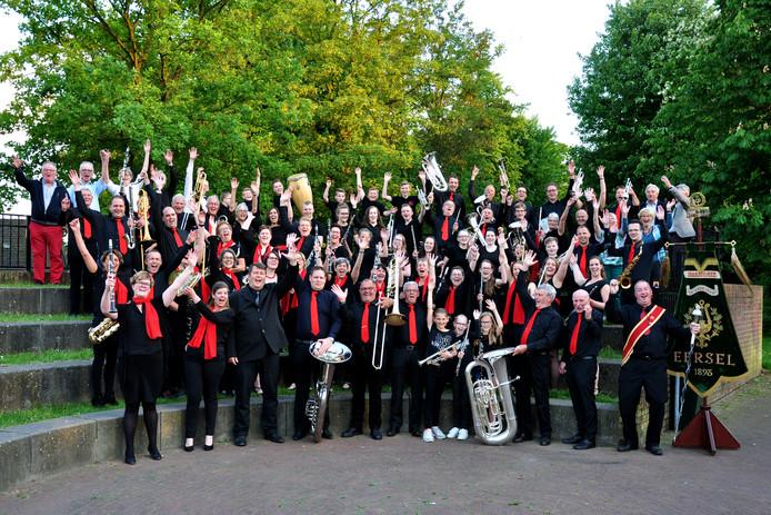 De hele muziekvereniging bijeen, klaar voor de jubileumconcerten begin volgende maand.