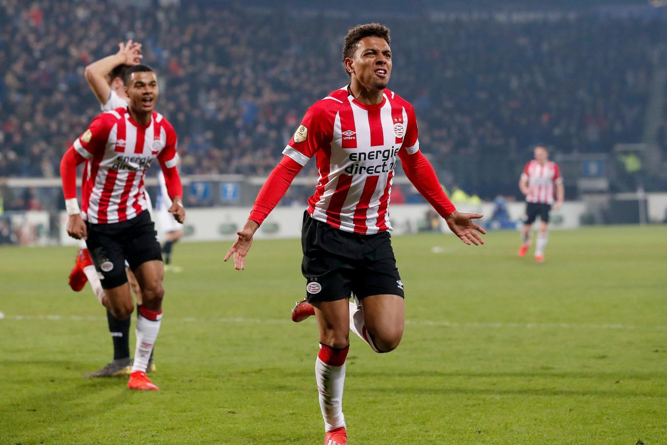 Donyell Malen viert de 2-2 tegen Heerenveen in de 95ste minuut.