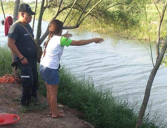 Tania Vanessa Ávalos spreekt met de autoriteiten aan de rivier waarin haar partner en dochtertje verdronken.