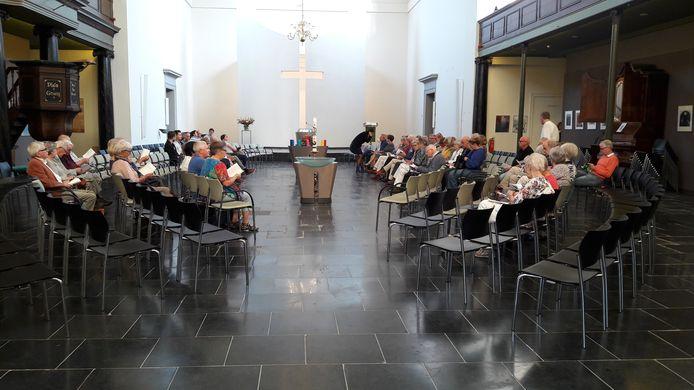 De Regenboogviering in de Grote Kerk in Den Bosch trok vorig jaar zo'n honderd belangstellenden.