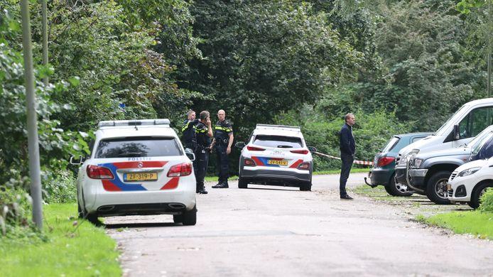 De politie doet onderzoek op de plek waar een man door een schietpartij om het leven kwam. Het  slachtoffer werd aangetroffen in een auto aan de Buitensingel.