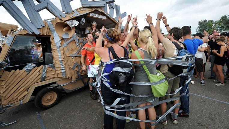 Bezoekers van LowLands in 2010 © Marcel van den Bergh/ de Volkskrant Beeld