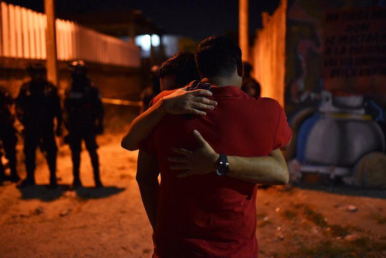 Mensen zoeken troost bij elkaar na de schietpartij.