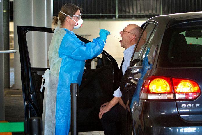 In de parkeergarage nabij het Topsportcentrum in Rotterdam worden zorgmedewerkers door de GGD getest op het coronavirus.